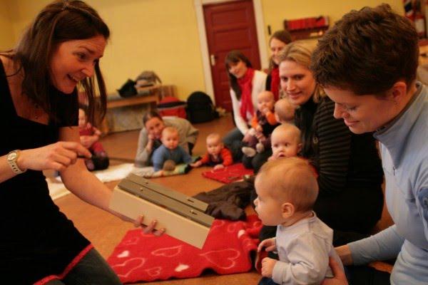 Nora med babygruppe i musikkmanesjen